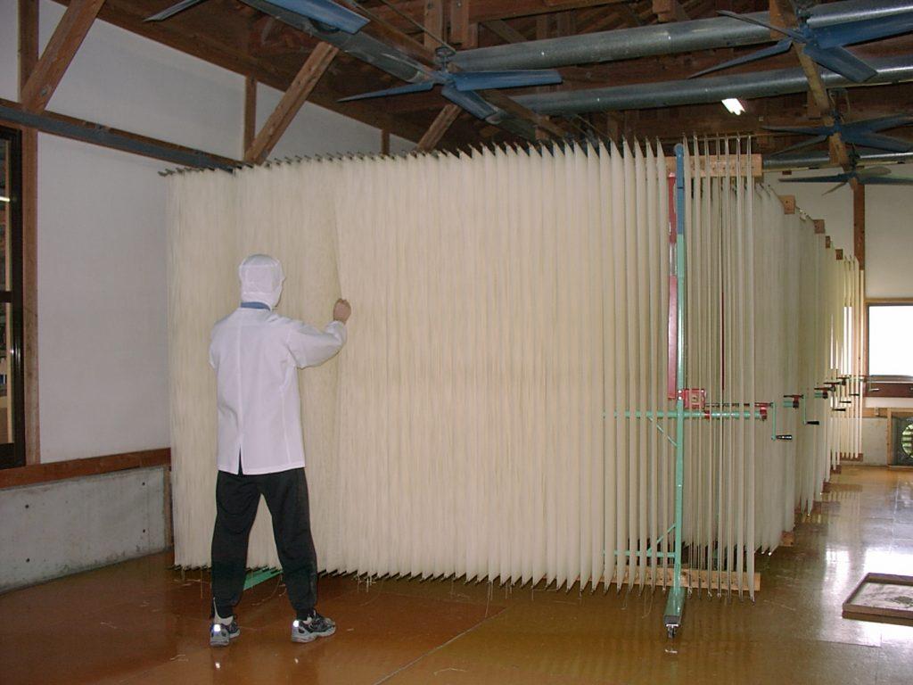 島原手延素麺協同組合_のばされた素麺は、「ハタ」に掛けられ乾燥に入ります