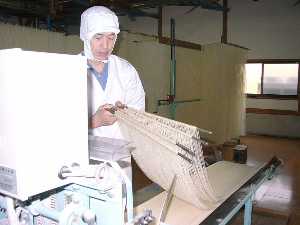 島原手延素麺協同組合_切断作業